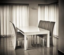 טוליפ - שולחן נפתח בצבע לבן מבריק