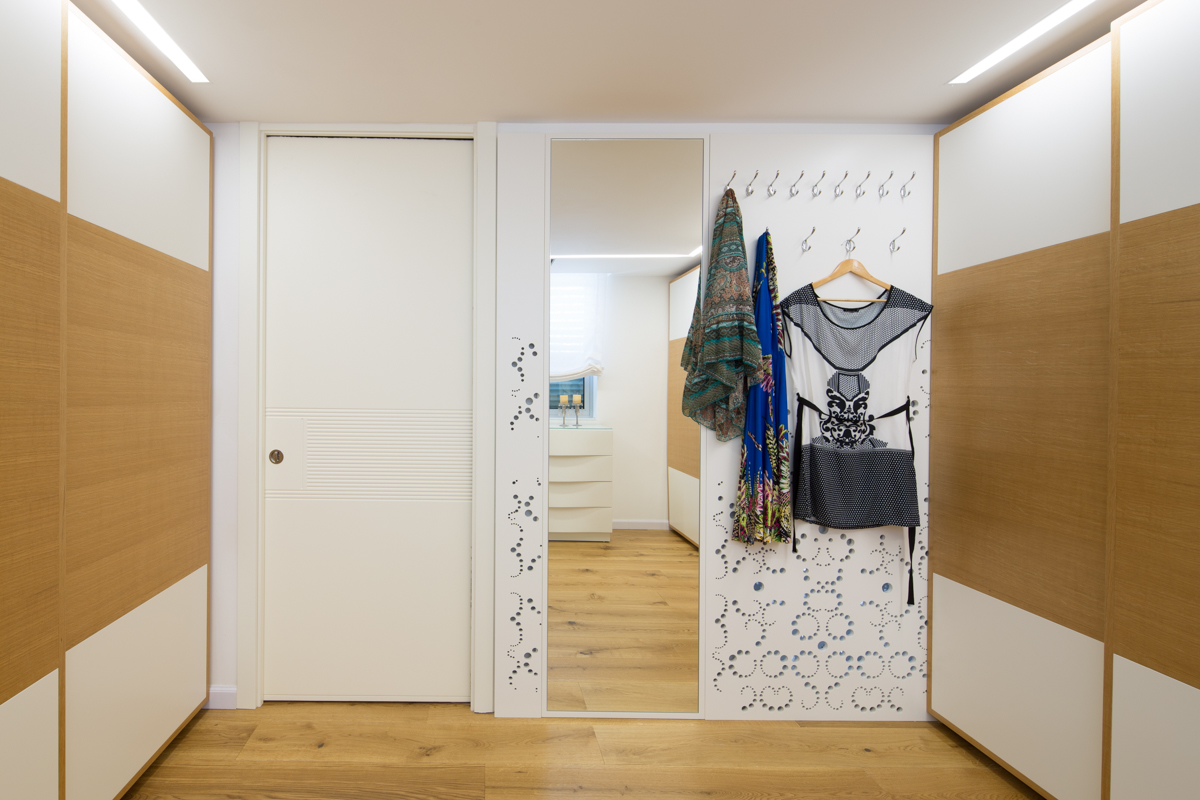 חדר ארונות - חיפוי קיר - קולבים ומשר