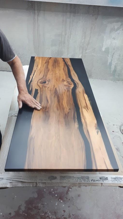שולחן עץ ושחור