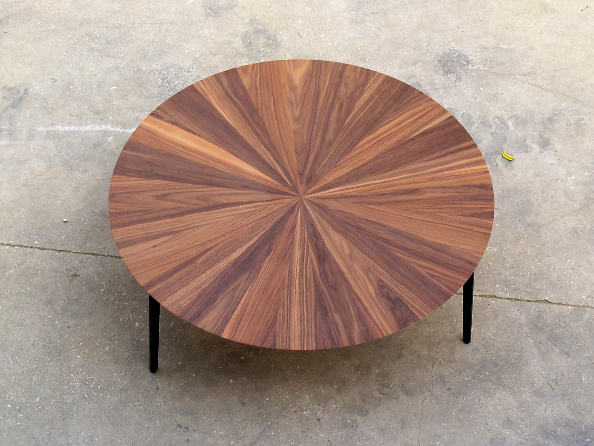 שולחן עגול אגוז אמריקאי.jpg
