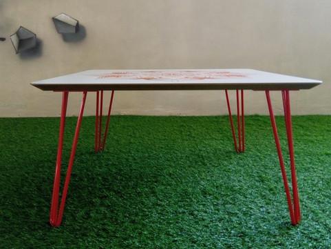 שולחן סלון על רגלי סיכה
