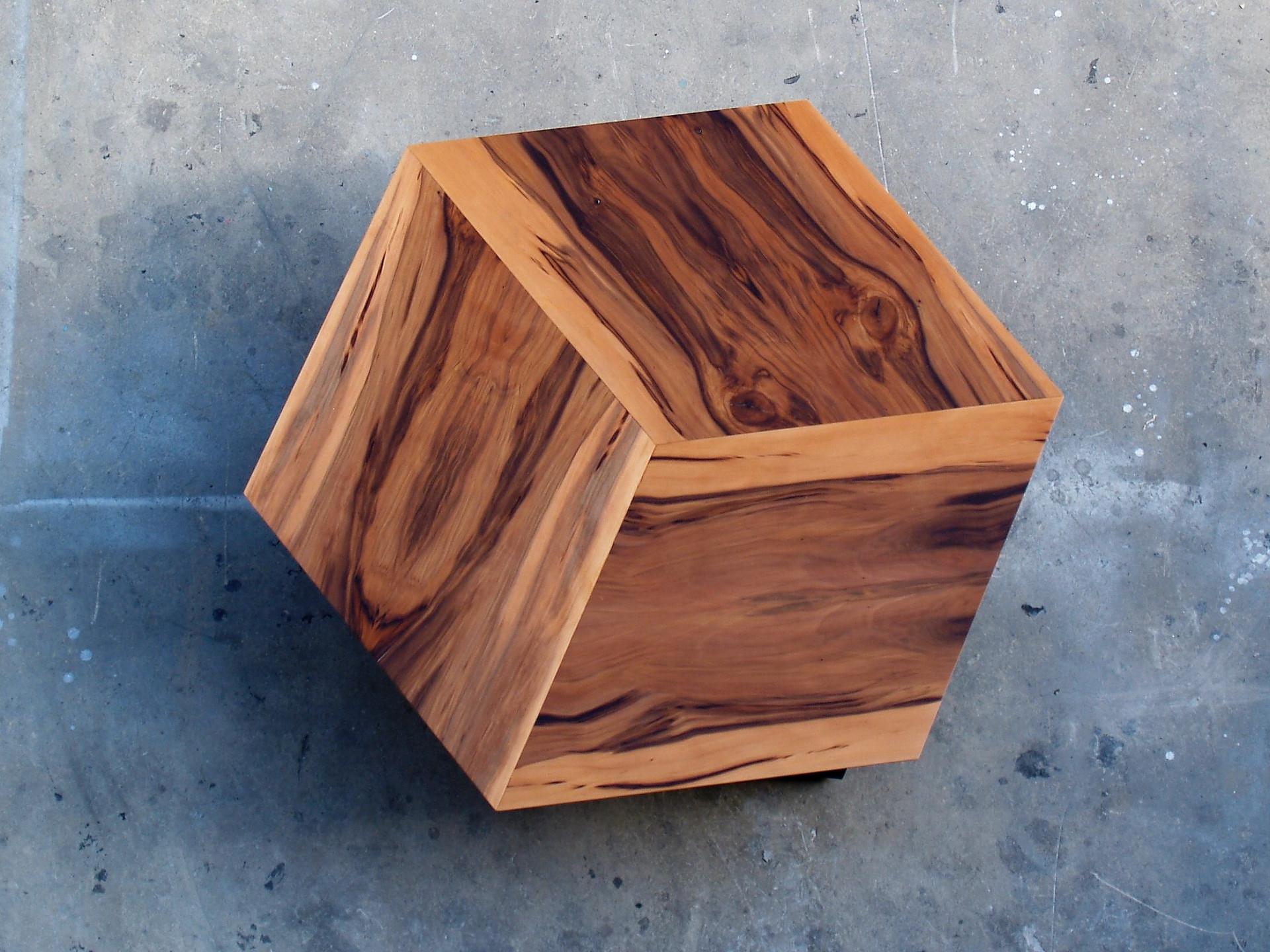 שולחן סלון מעוצב בפורניר טבעי
