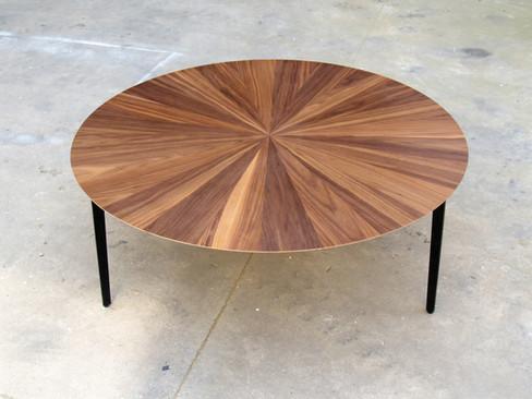 שולחן עגול לסלון בפורניר אגוז אמריקאי