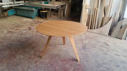 שולחן עגול מעץ אלון שלוש רגליים