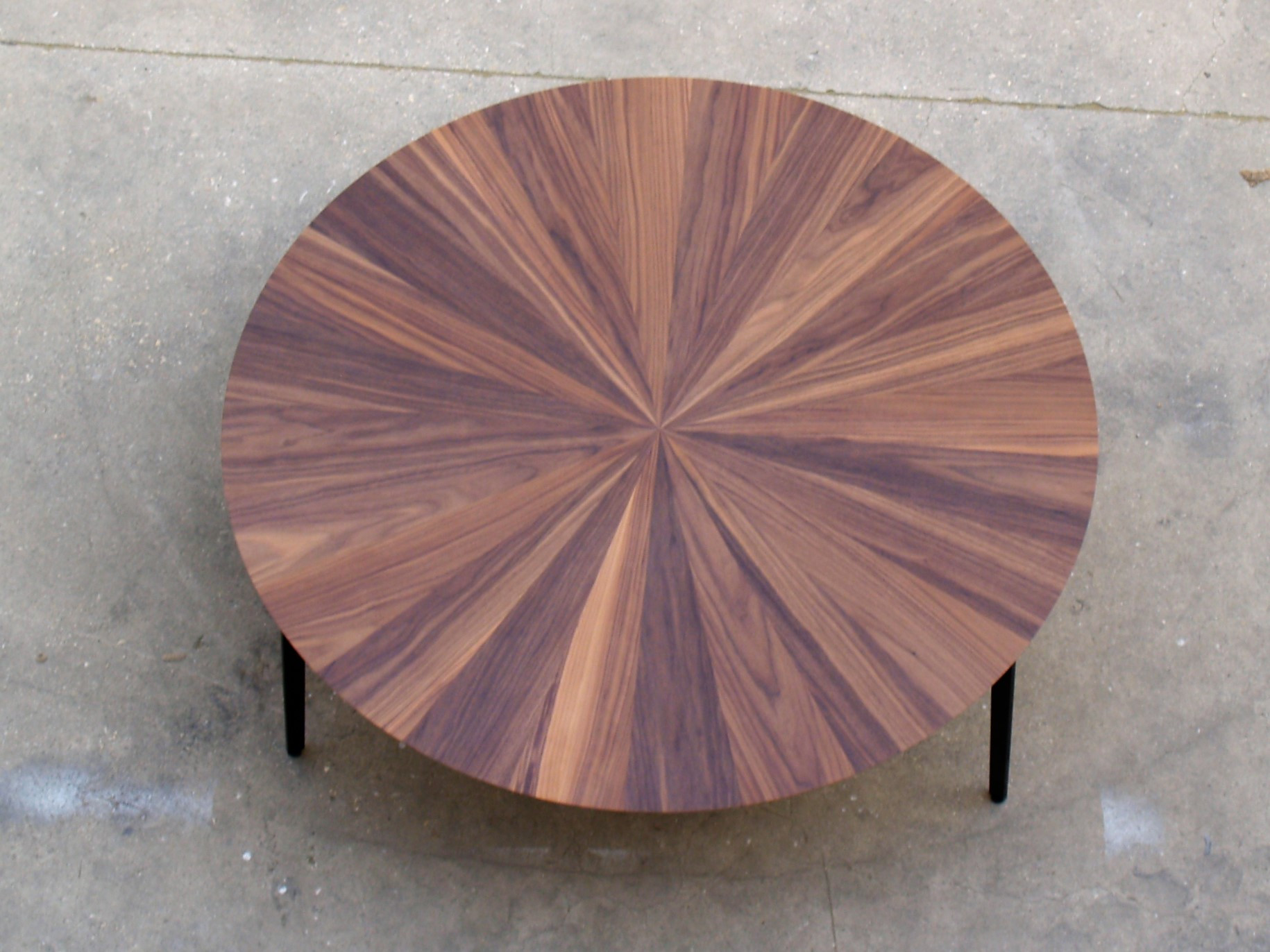 שולחן קפה עגול אגוז אמריקאי.jpg