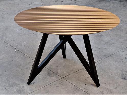 שולחן אוכל עגול מעוצב בשני סוגי פורניר טבעי