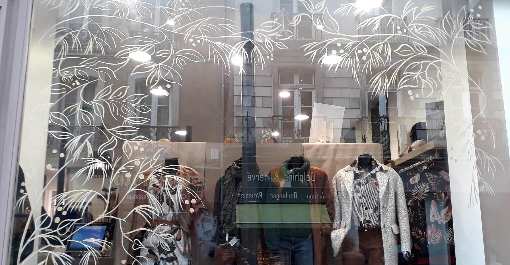 Boutique Poême - décor vitrine peint à la main - Adelles.jpg