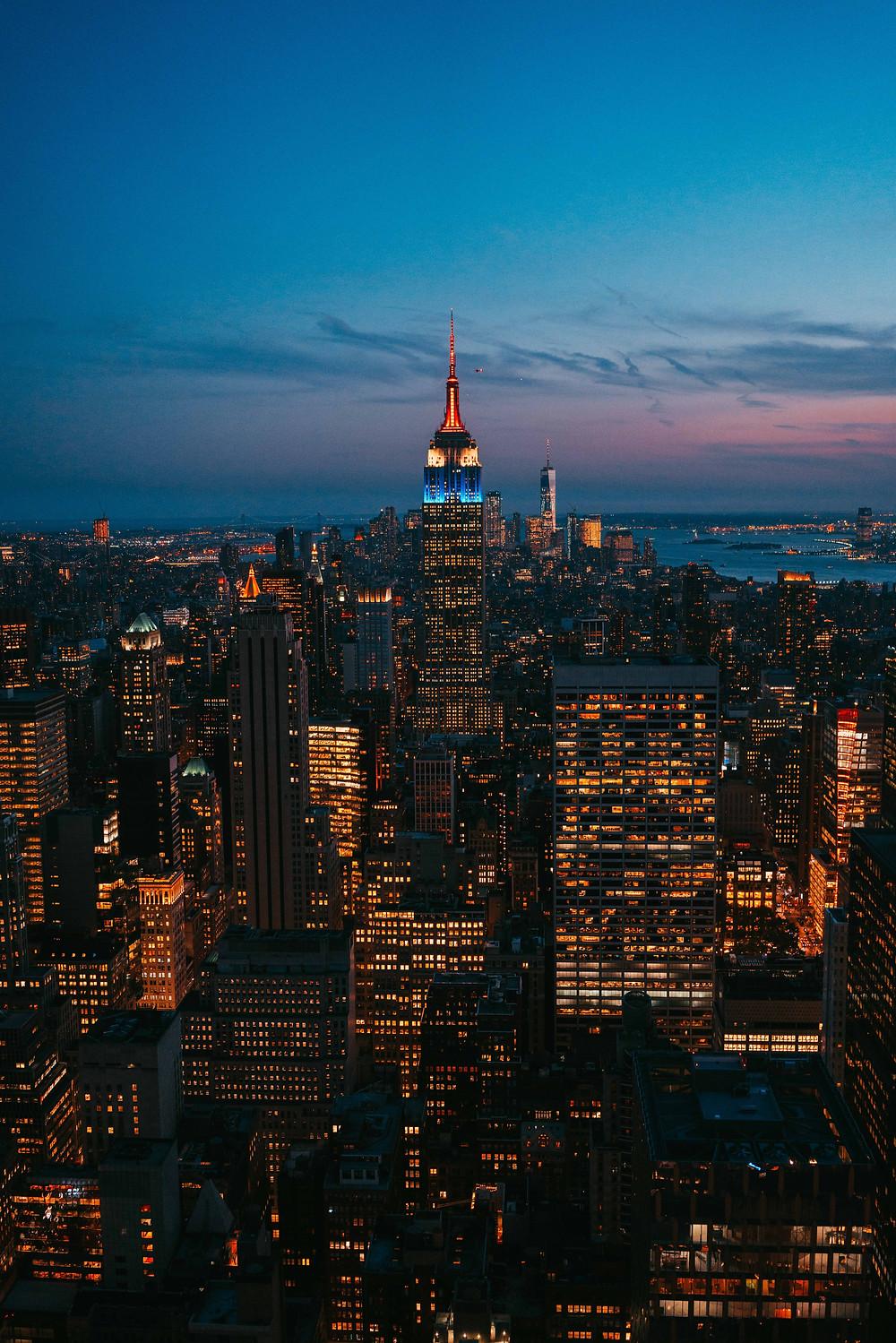 Graphic Design Studio|ARTS D ,位於紐約曼哈頓的 Wall Street,長度不超過一英里,寬僅11米,其壟斷全球的大型投資金融組織密集度居全球之冠。而透過各種高度槓桿收購、風險投資、成長資本、天使投資等等方式進行獲利的全球私募股權公司龍頭 KKR 、 Blackstone 以及透過多種金融工具在1992年襲擊英鎊、1997年亞洲金融風暴中,襲擊泰國、馬來西亞等國的貨幣而得利的 Quantum Group 量子基金總部也設立於此。
