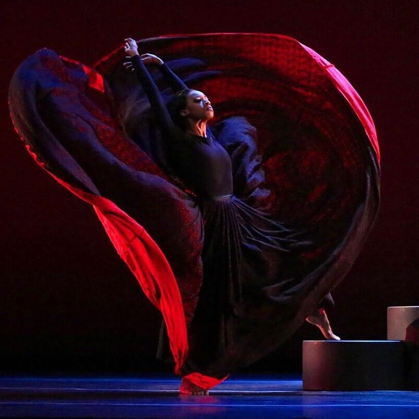 """《時代》雜誌將Martha Graham評為""""世紀舞者"""",《人物》雜誌將她評為女性""""世紀偶像""""。作為編舞,她像複雜一樣多產。格雷厄姆(Graham)創作了181部芭蕾舞劇和一種舞蹈技巧,其範圍和大小可與芭蕾舞媲美。她的舞蹈和戲劇方法徹底改變了藝術形式,她新穎的身體詞彙對全球舞蹈產生了不可逆轉的影響。"""