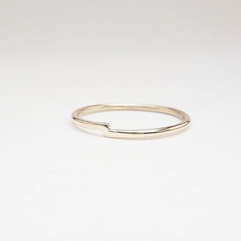 minimalist gold wedding band