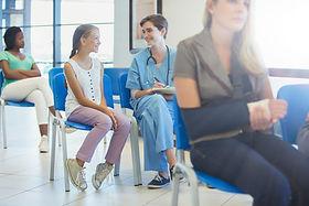 Enfermeira e paciente na sala de espera