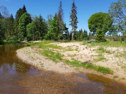 Amatas upe pie sporta laukumiem