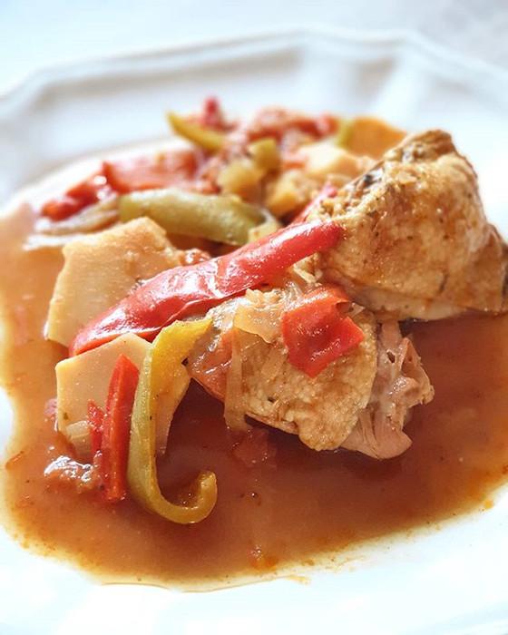 Chicken Braised in Red Wine Peppers & Potatoes ❦ Frango Estufado com Vinho Tinto Pimentos e Batatas