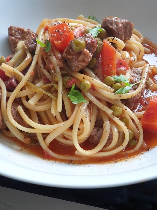 Carne Guisada com Esparguete Ervilhas e Cenouras ❦ Portuguese One Pot Beef with Spaghetti Carrots