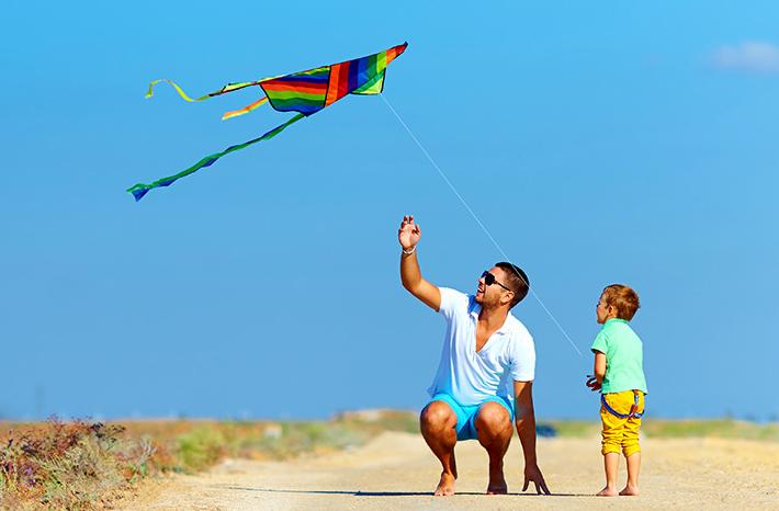 10 Dicas para Pais e Filhos se Divertirem nas Férias Sem Viajar - Empinar pipa