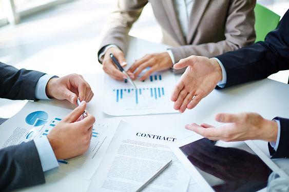 Partenaires d'affaires au travail