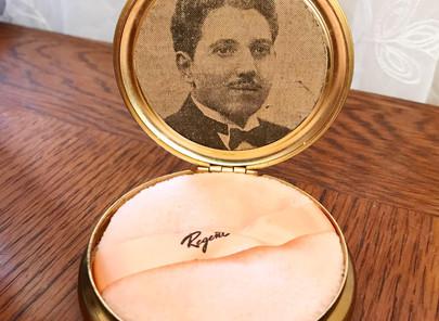 José in the Compact Mirror