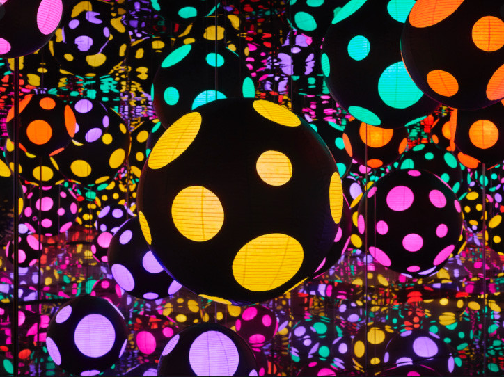 a 3d installation by Japanese artists Yayoi Kusama with colorful bubbles and mirrors that reflect the bubbles and make them infinite