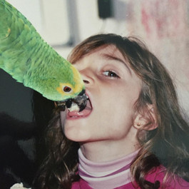 Eu e o papagaio resgatado da minha avó. Comia banana da nossa boca!