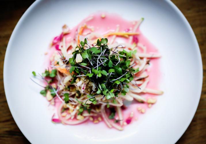 Salada de mamào verde com molho cítrico de repolho e amendoim. Feito para um jantar secreto em parceria com a @solliorganicos usando alimentos que seriam descartados.
