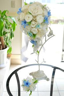 【オーダーブーケ】真っ白なバラに青いデンファレが爽やかなキャスケードブーケ