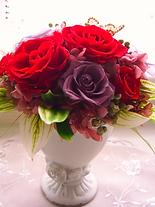 目を惹く赤い薔薇が印象的なプリザーブドフラワーアレンジです。