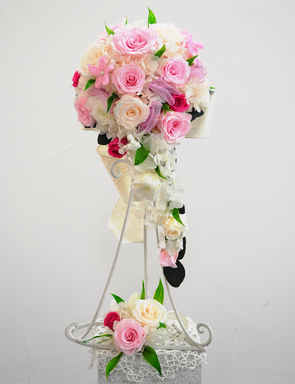 ピンクのバラとジャスミンのキュートなキャスケードブーケ
