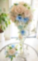 【オーダーブーケ】アンティークホワイトのバラに青いデンファレの爽やかなキャスケードブーケ