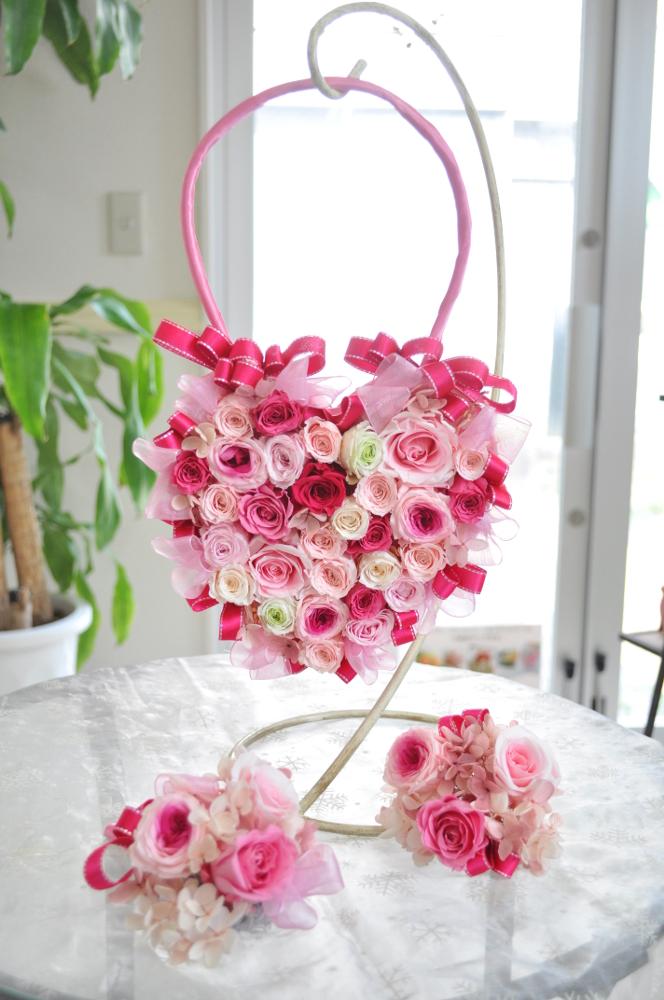 たくさんのピンクで作ったキュートハートバッグブーケ