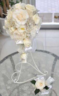 純白のバラとオルネフラワーのホワイトキャスケードブーケ