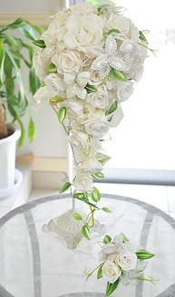 【オーダーブーケ】純白のバラに煌びやかなオルネフラワーのキャスケードブーケ