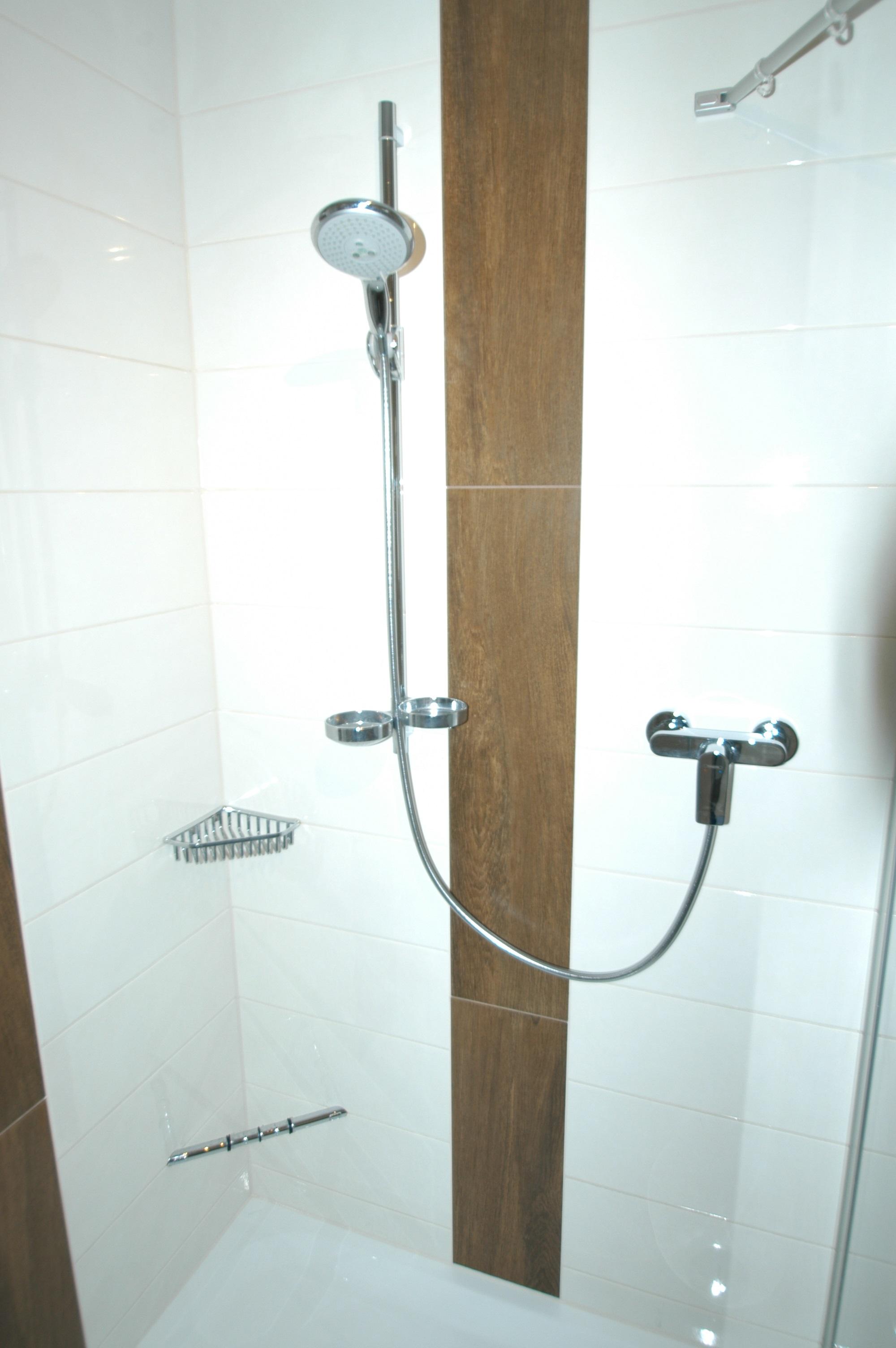 Dusche Armaturen und Fliesen