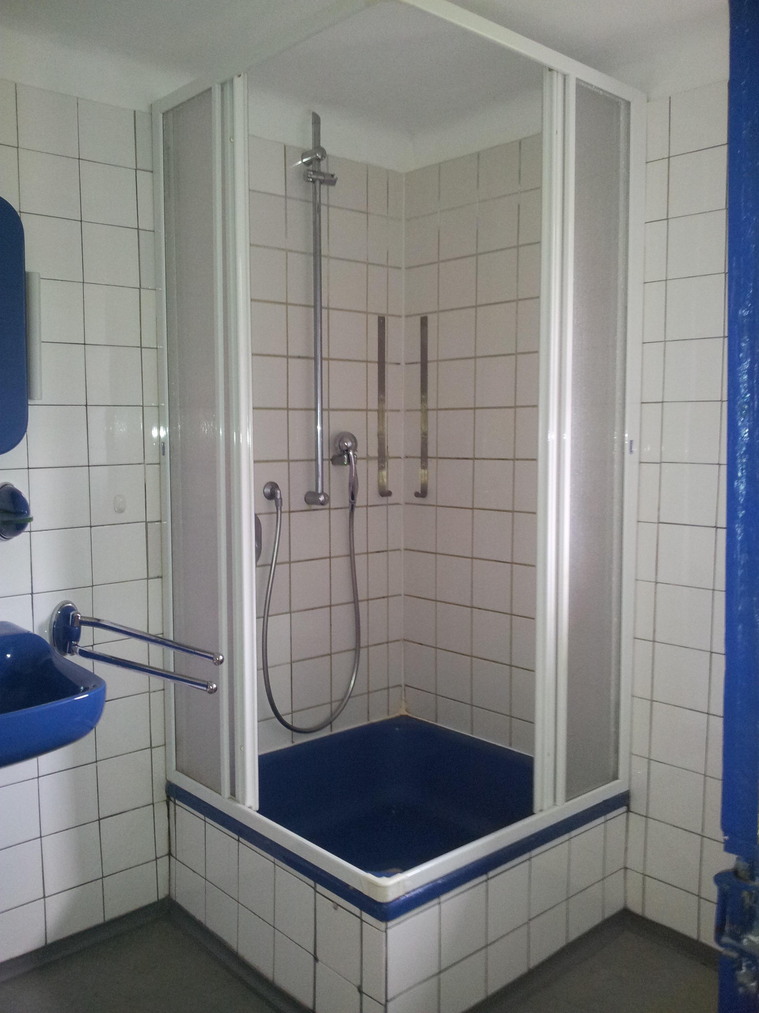 alte Dusche mit Schiebetür