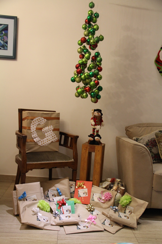 Los regalos de la familia bajo nuestro árbol de navidad