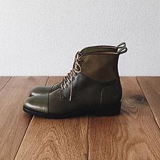 レースアップ コンビ ブーツ(Lace-up combi boots)。この靴は伝統的なハンドソーンウェルテッド製法でえ作られています。ハンドソーンウェルテッド製法とは・・・靴作りが機械化される以前、数百年も前から伝わる手縫い靴の代表的な製法で、アッパーとソールの取り付けを100%手縫いで行います。現在は、手間と時間と材料費が高価な事から既製靴が店頭に並ぶ事は稀で、高級フルオーダーの靴である事が多い製法です。 中底が厚く、しっかりとしていて構造的にも頑丈で安定感があり型くずれせず、何度でもソール交換が可能なこの製法は、何度も修理して履くのが当たり前だった時代から修理がしやすい作りになっています。ビスポーク、オーダーネイド、誂え靴
