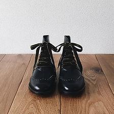 レースアップ ブーツ(lace-up boots)。この靴は伝統的なハンドソーンウェルテッド製法でえ作られています。ハンドソーンウェルテッド製法とは・・・靴作りが機械化される以前、数百年も前から伝わる手縫い靴の代表的な製法で、アッパーとソールの取り付けを100%手縫いで行います。現在は、手間と時間と材料費が高価な事から既製靴が店頭に並ぶ事は稀で、高級フルオーダーの靴である事が多い製法です。 中底が厚く、しっかりとしていて構造的にも頑丈で安定感があり型くずれせず、何度でもソール交換が可能なこの製法は、何度も修理して履くのが当たり前だった時代から修理がしやすい作りになっています。ビスポーク、オーダーネイド、誂え靴