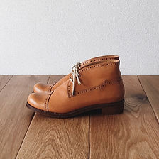 チャッカーブーツ(Chukka boots)。この靴は伝統的なハンドソーンウェルテッド製法でえ作られています。ハンドソーンウェルテッド製法とは・・・靴作りが機械化される以前、数百年も前から伝わる手縫い靴の代表的な製法で、アッパーとソールの取り付けを100%手縫いで行います。現在は、手間と時間と材料費が高価な事から既製靴が店頭に並ぶ事は稀で、高級フルオーダーの靴である事が多い製法です。 中底が厚く、しっかりとしていて構造的にも頑丈で安定感があり型くずれせず、何度でもソール交換が可能なこの製法は、何度も修理して履くのが当たり前だった時代から修理がしやすい作りになっています。ビスポーク、オーダーネイド、誂え靴