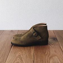 モンク ストラップ ブーツ(Monk Strap boots)。この靴は伝統的なハンドソーンウェルテッド製法でえ作られています。ハンドソーンウェルテッド製法とは・・・靴作りが機械化される以前、数百年も前から伝わる手縫い靴の代表的な製法で、アッパーとソールの取り付けを100%手縫いで行います。現在は、手間と時間と材料費が高価な事から既製靴が店頭に並ぶ事は稀で、高級フルオーダーの靴である事が多い製法です。 中底が厚く、しっかりとしていて構造的にも頑丈で安定感があり型くずれせず、何度でもソール交換が可能なこの製法は、何度も修理して履くのが当たり前だった時代から修理がしやすい作りになっています。ビスポーク、オーダーネイド、誂え靴