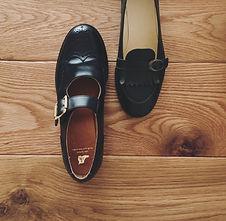 ストラップシューズ(strap shoes)、ローファー(kiltie-tongue Loafer)。この靴は伝統的なハンドソーンウェルテッド製法でえ作られています。ハンドソーンウェルテッド製法とは・・・靴作りが機械化される以前、数百年も前から伝わる手縫い靴の代表的な製法で、アッパーとソールの取り付けを100%手縫いで行います。現在は、手間と時間と材料費が高価な事から既製靴が店頭に並ぶ事は稀で、高級フルオーダーの靴である事が多い製法です。 中底が厚く、しっかりとしていて構造的にも頑丈で安定感があり型くずれせず、何度でもソール交換が可能なこの製法は、何度も修理して履くのが当たり前だった時代から修理がしやすい作りになっています。ビスポーク、オーダーネイド、誂え靴