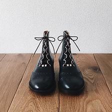 ギリー ブーツ(Ghillie boots)。この靴は伝統的なハンドソーンウェルテッド製法でえ作られています。ハンドソーンウェルテッド製法とは・・・靴作りが機械化される以前、数百年も前から伝わる手縫い靴の代表的な製法で、アッパーとソールの取り付けを100%手縫いで行います。現在は、手間と時間と材料費が高価な事から既製靴が店頭に並ぶ事は稀で、高級フルオーダーの靴である事が多い製法です。 中底が厚く、しっかりとしていて構造的にも頑丈で安定感があり型くずれせず、何度でもソール交換が可能なこの製法は、何度も修理して履くのが当たり前だった時代から修理がしやすい作りになっています。ビスポーク、オーダーネイド、誂え靴