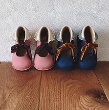 ベビーシューズ。歩き始めた赤ちゃんにおすすめのファーストシューズです。 表裏共に足なじみの良い牛革を使用し、靴底は屈曲性の良いステッチダウン製法で仕上げています。爪先とかかとには足を守る芯を入れ、まだ柔らかい赤ちゃんの足と歩行をしっかりサポートします。 製作の際に使う接着剤はドイツ製・トルエンフリーのものを使用しています。 サイズが照らし合わせられるよう中敷も取り外しできますので、成長に合わせてサイズの確認をしてあげてください。お子様、お孫さんへのプレゼントに。