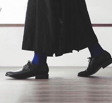 作りたい気持ちがあれば誰にでも履きたい靴は作れます。 作りたい靴を教えてください。 一緒に相談しながら作っていきます。  毎週、決まった曜日と時間にアトリエに来て作業を進めます。 1回の作業時間は3時間、 月4回の月謝制になります。 作る靴にもよりますが、およそ半年で一足完成します。場所は小田急線・百合ヶ丘駅より徒歩8分。東京からも近く通いやすい立地です。
