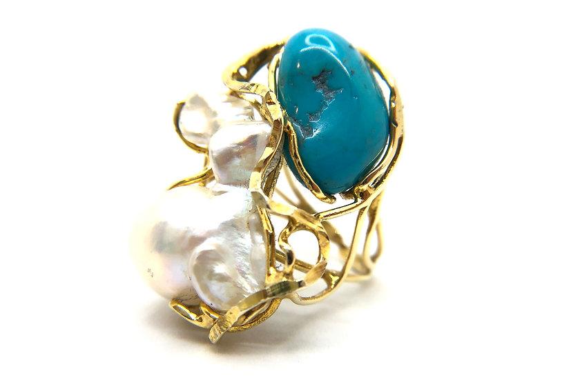 Anello con perla barocca naturale e turchese, incastonate su montatura in argento 925 dorato.