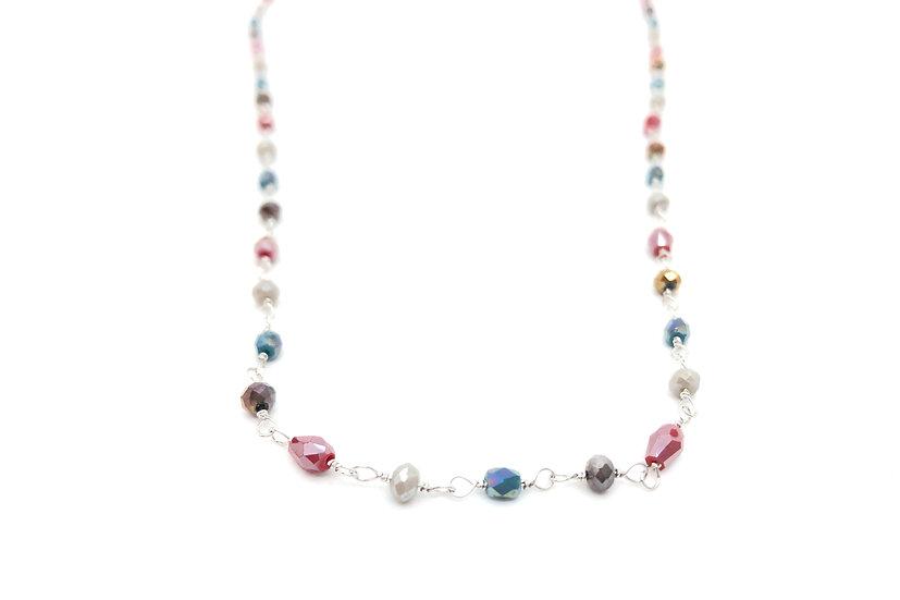 Collana in stile rosario con pietre dure colorate.