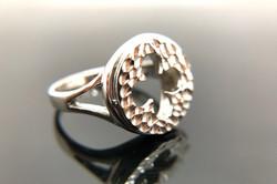 """Anello """"Chevalier"""" in stile Gotico Fiorito Veneziano con finitura diamantata a mano."""