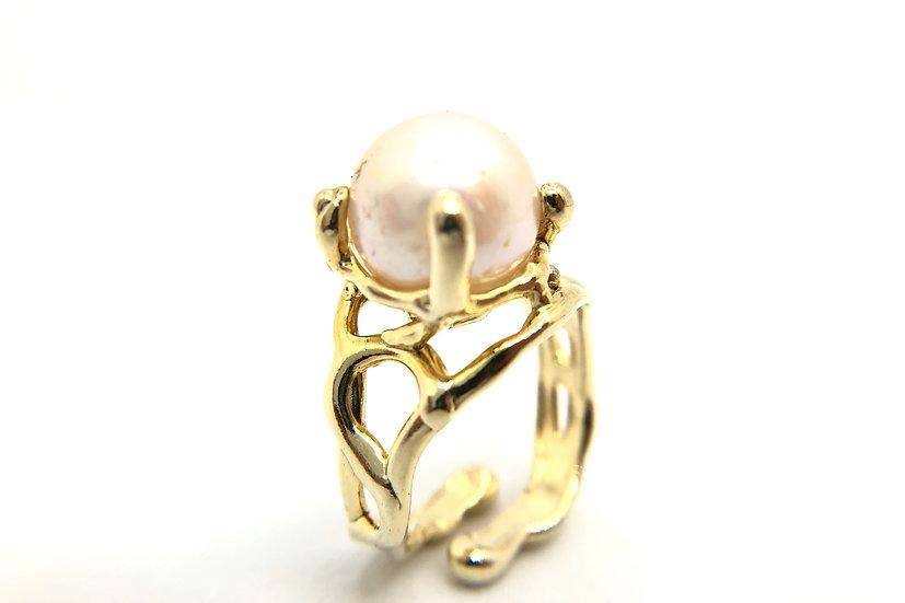 Anello con perla barocca tonda naturale, incastonata su montatura in argento 925 dorata .