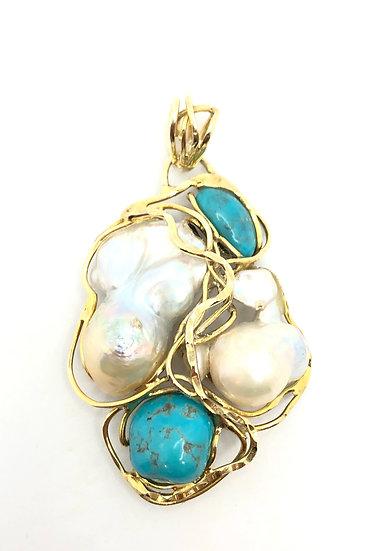 Pendente con perle barocche naturali e turchesi, incastonate su montatura in argento 925 dorato.