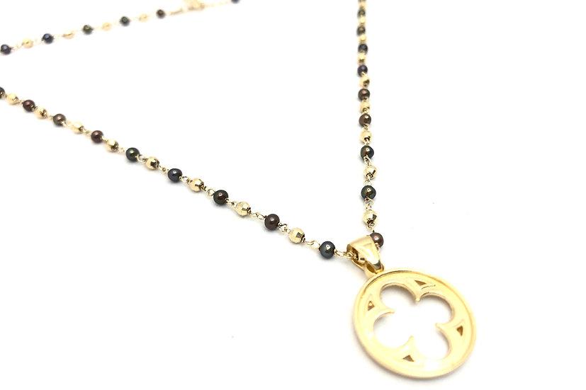 Girocollo con rosone gotico fiorito e collana con perle nere.