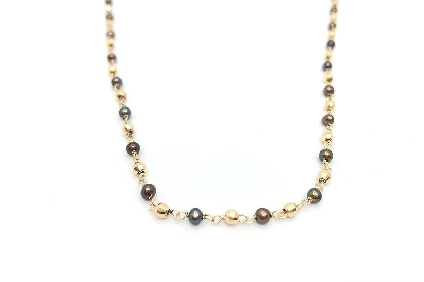 Collana in stile rosario con perle nere.
