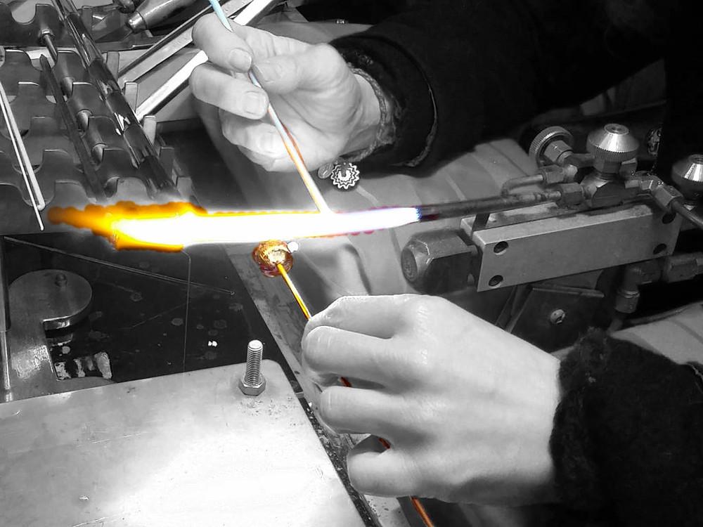 Lavorazione artigianale a lume delle Perle in vetro veneziano.